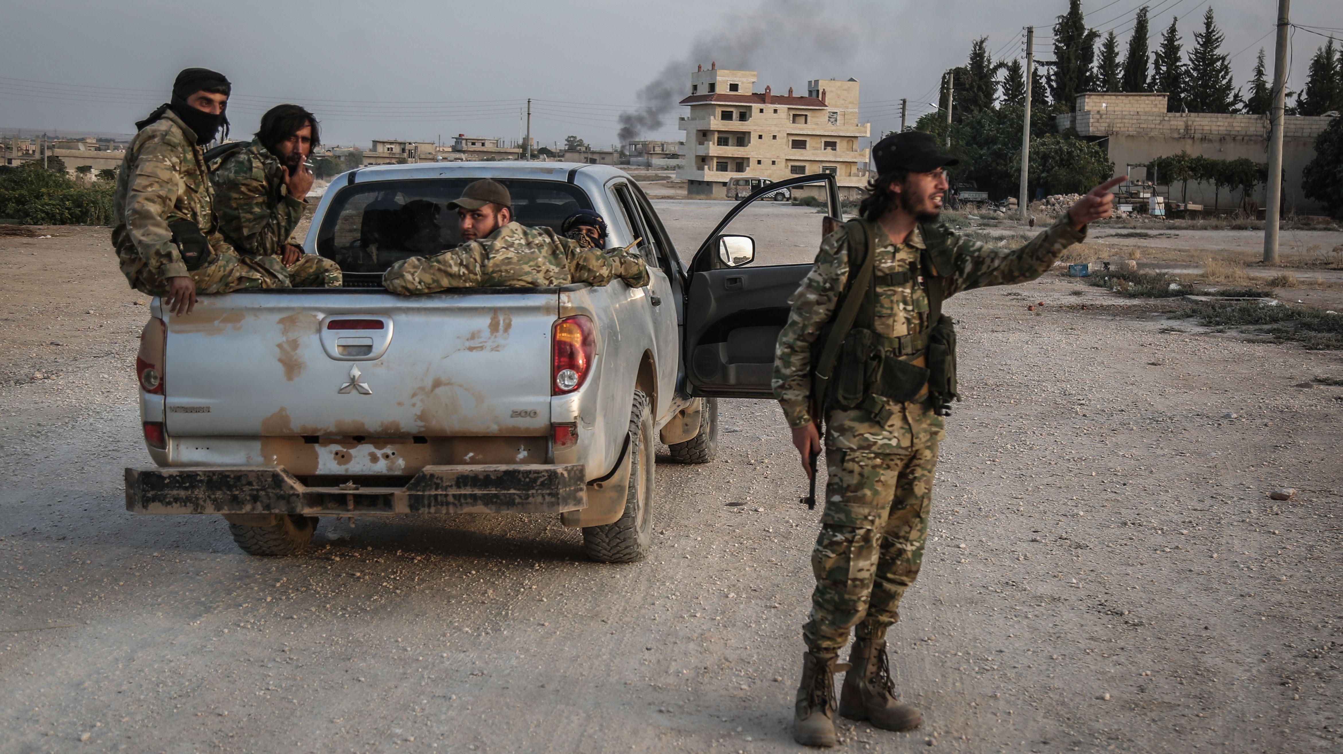 Syrien, Tell Abiad: Soldaten der türkisch unterstützten syrischen Nationalarmee patroullieren nach Zusammenstößen mit Kurdischen Kämpfern.