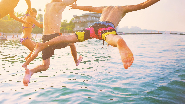 Jugendliche springen ins Wasser