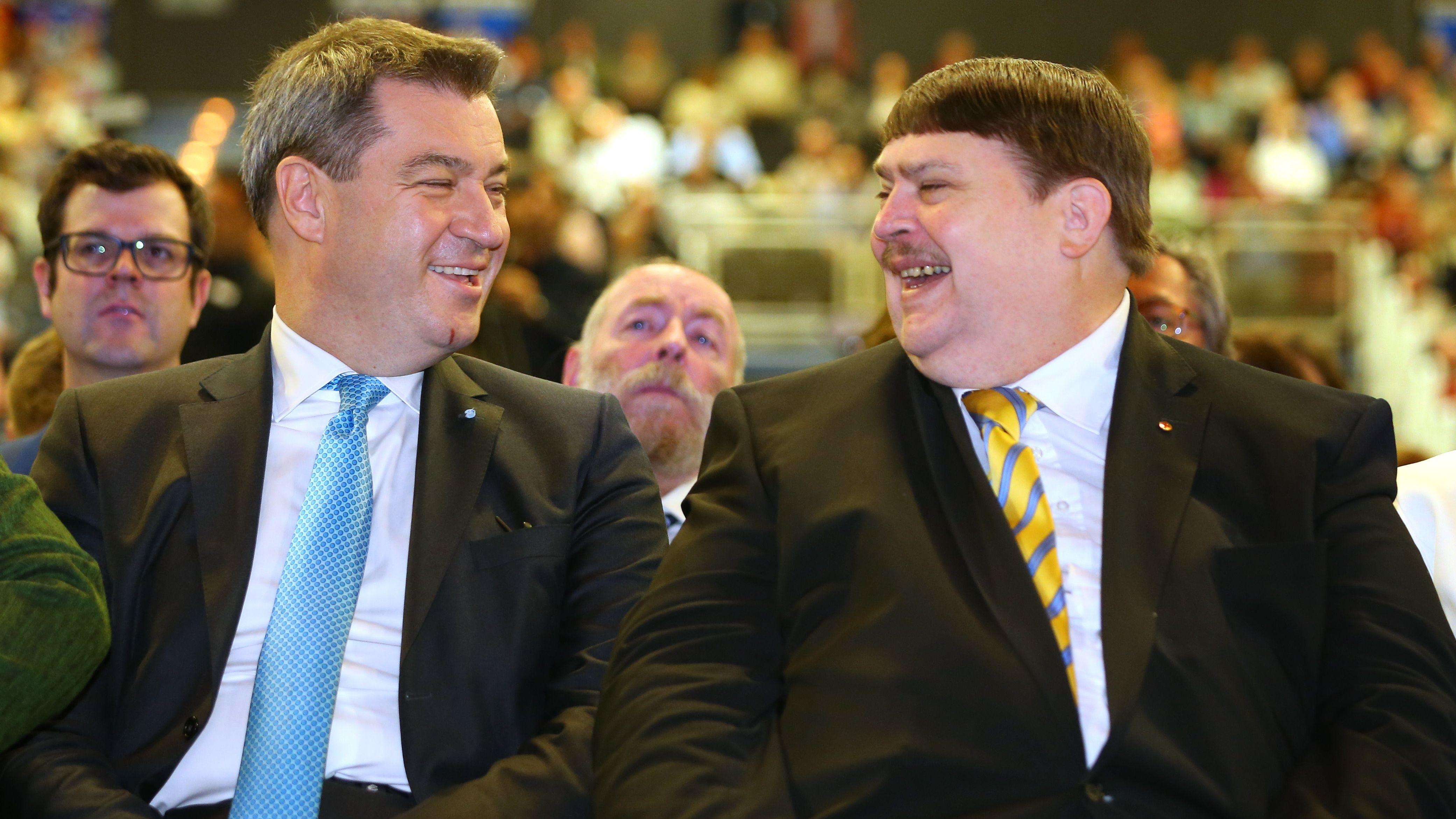 Bernd Posselt (r.), CSU-Europapolitiker und Vorsitzender der Sudetendeutschen Landsmannschaft, sitzt im Mai 2018 neben Ministerpräsident Söder.