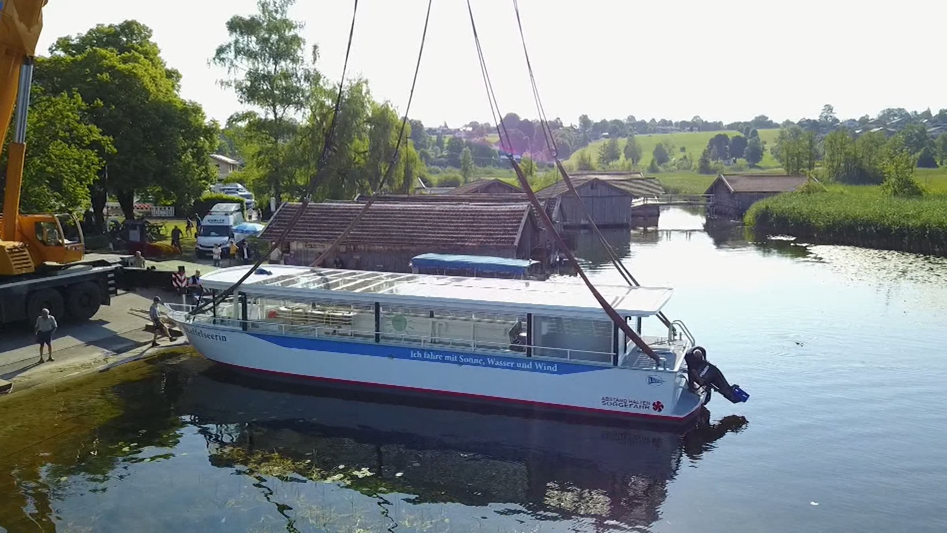 """Neues Passagierschiff """"Staffelseerin"""" wird mit einem Kran auf den Staffelsee gehievt"""
