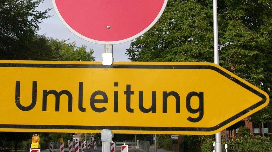 Ein Umleitungssschild unter einem Durchfahrt verboten-Schild (Symbolbild)