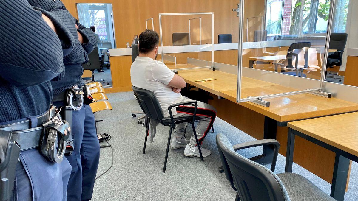 Der Angeklagte im Gerichtssaal in Landshut