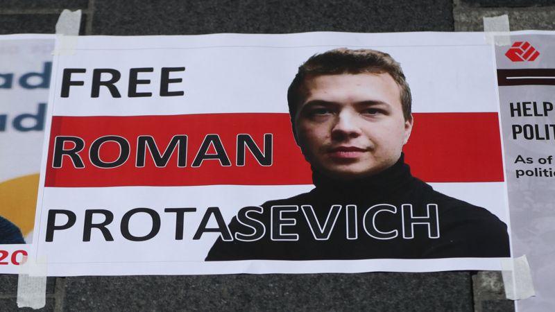 """Ein Schild mit einem Porträt des verhafteten belarussischen Journalisten Protassewitsch und der Aufschrift """"Free Roman Protasevich""""."""