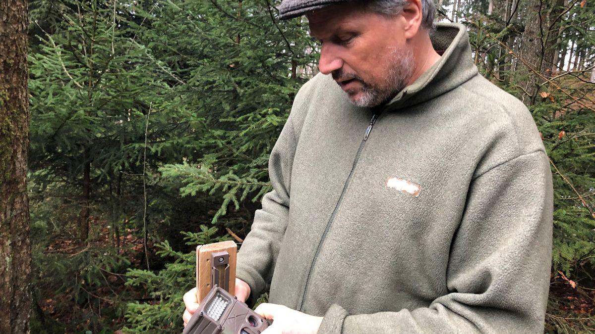 Wildbiologe Henning Werth und seine Wildkamera