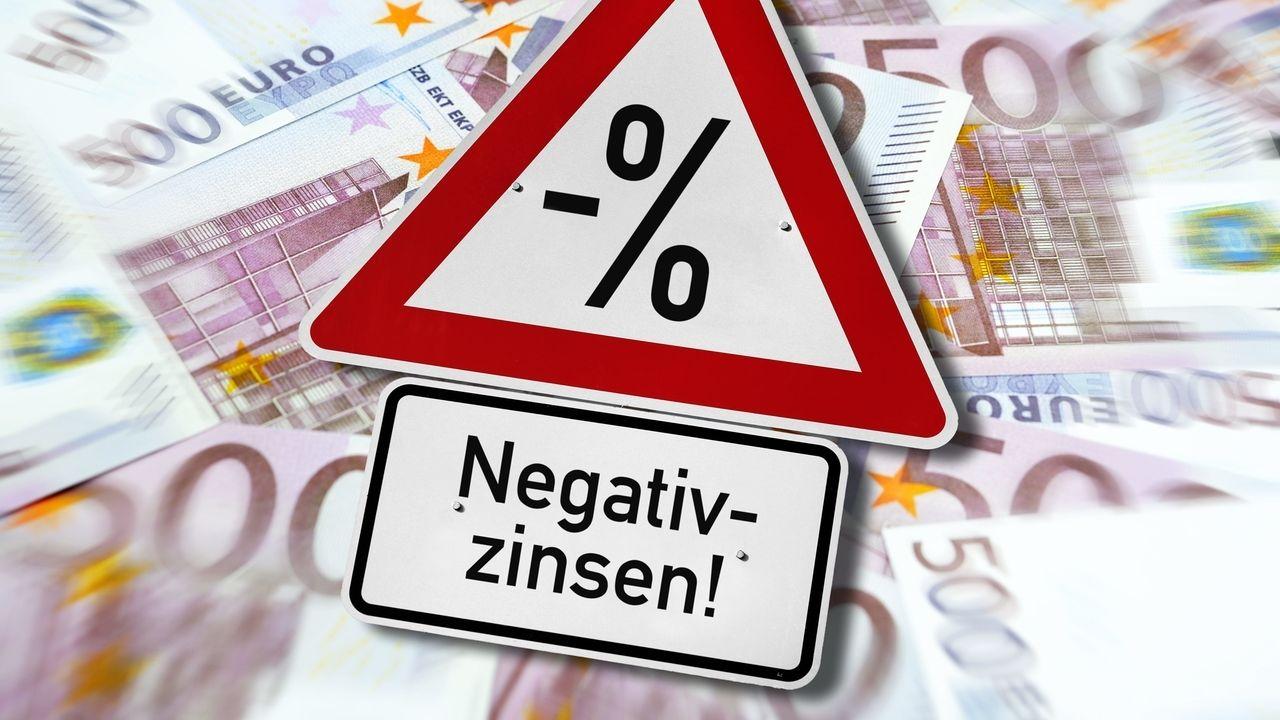 Warnschild mit Aufschrift Negativzinsen auf 500-Euro-Geldscheinen