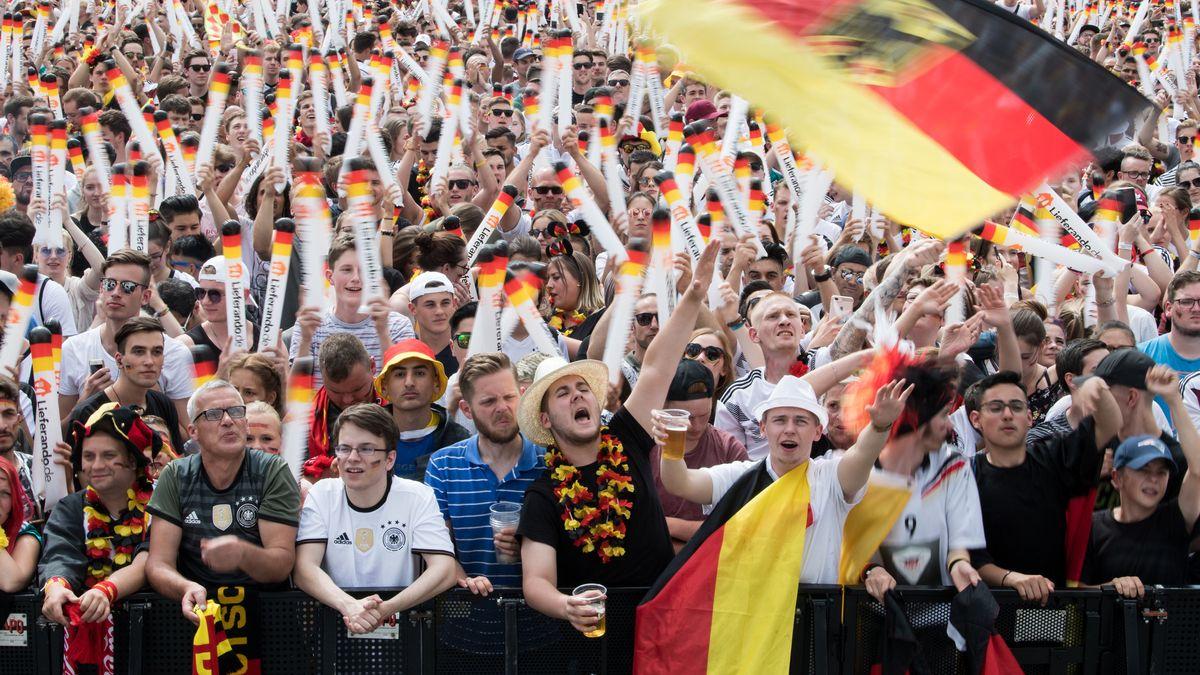 27.06.2018, Berlin: Fußball WM, Südkorea - Deutschland, Vorrunde, Gruppe F, 3. Spieltag. Besucher auf der Fanmeile in Berlin.