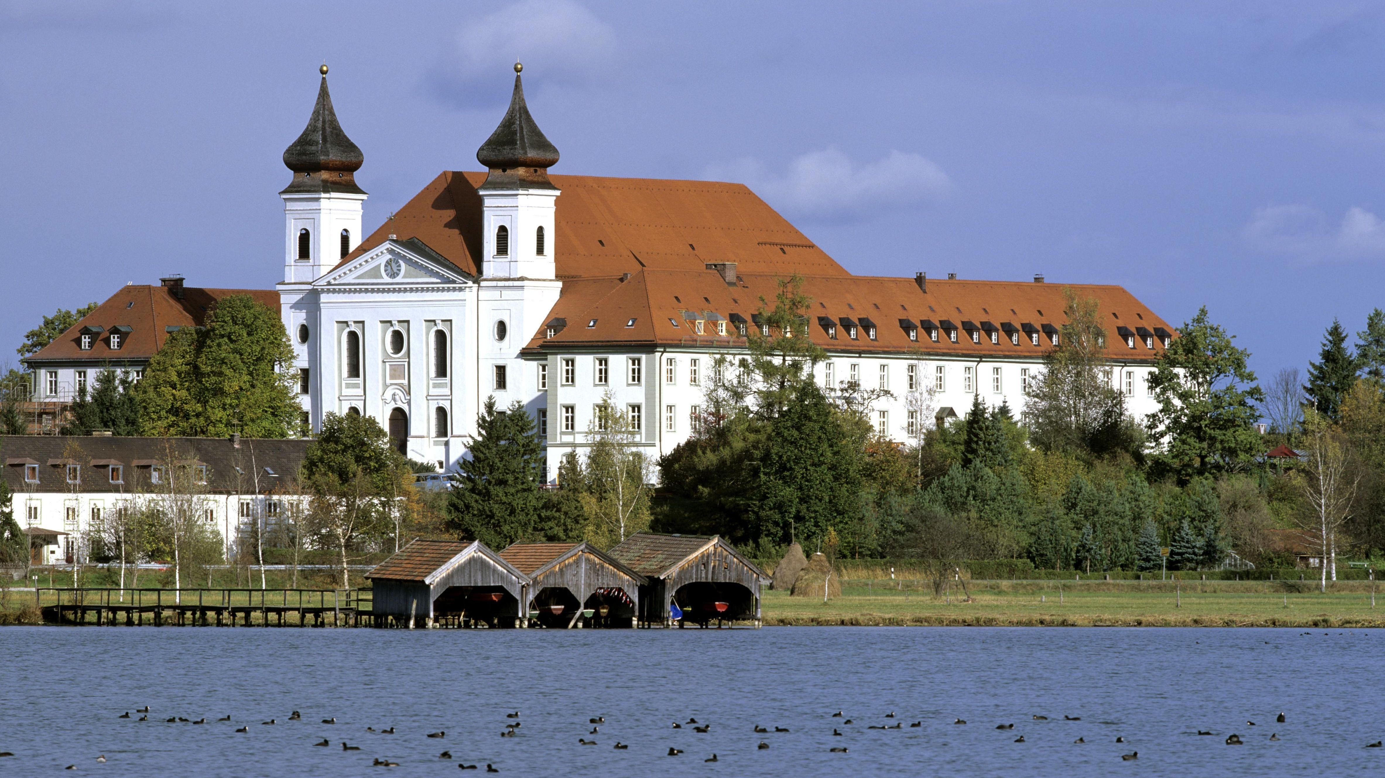 Das Kloster Schlehdorf am Kochelsee.