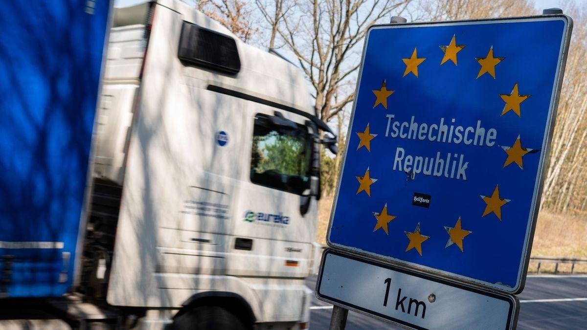 """Ein Lastwagen fährt am Grenzübergang an einem Schild vorbei, auf dem """"Tschechische Republik"""" steht."""