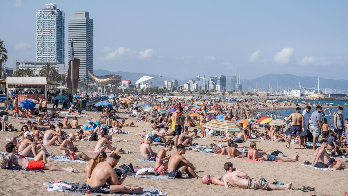 Sonnenbadende am Strand in Barcelona am 18.07.2020.