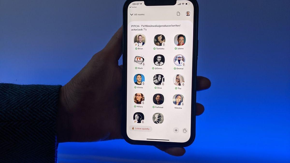 Eine Handy mit lauter Köpfen: Die Clubhouse App