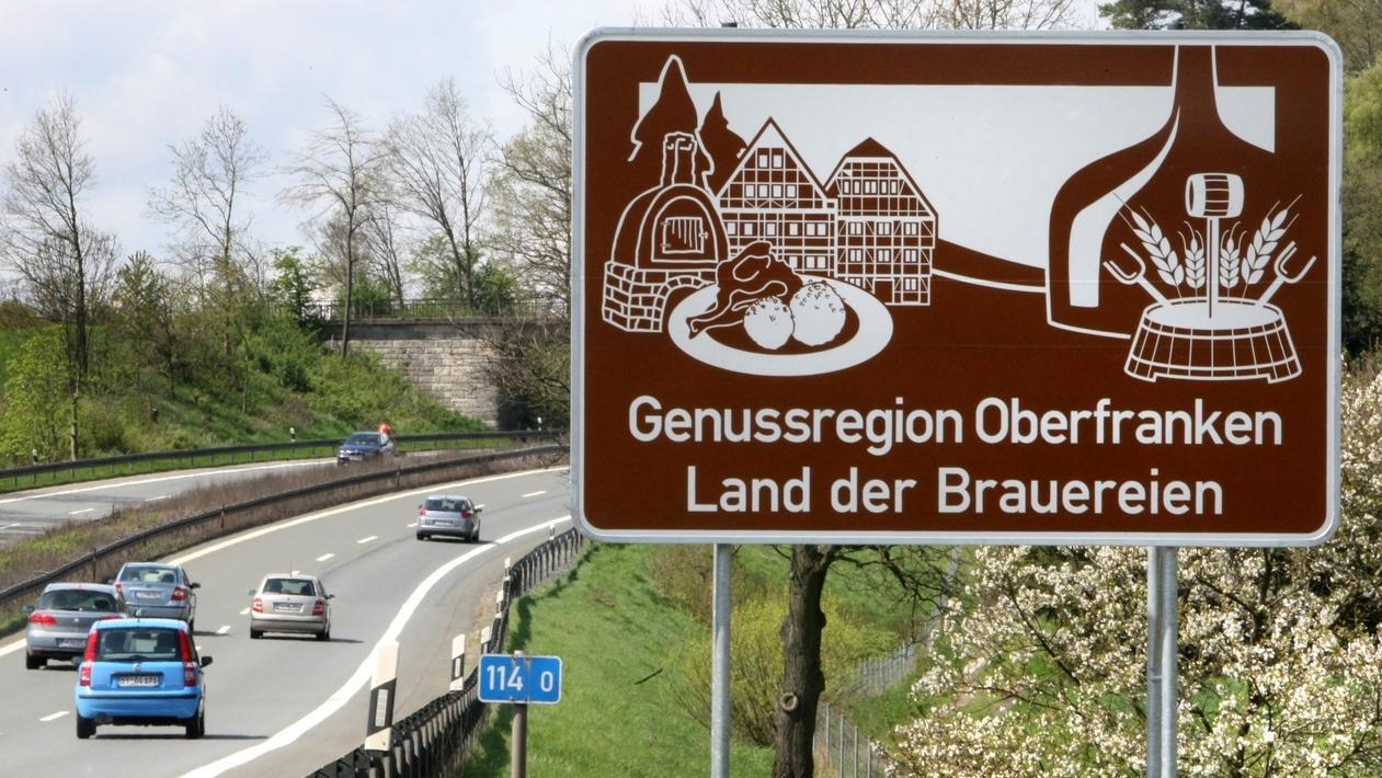 """Braunes Schild an der Autobahn mit der Aufschrift """"Bierland Oberfranken"""""""