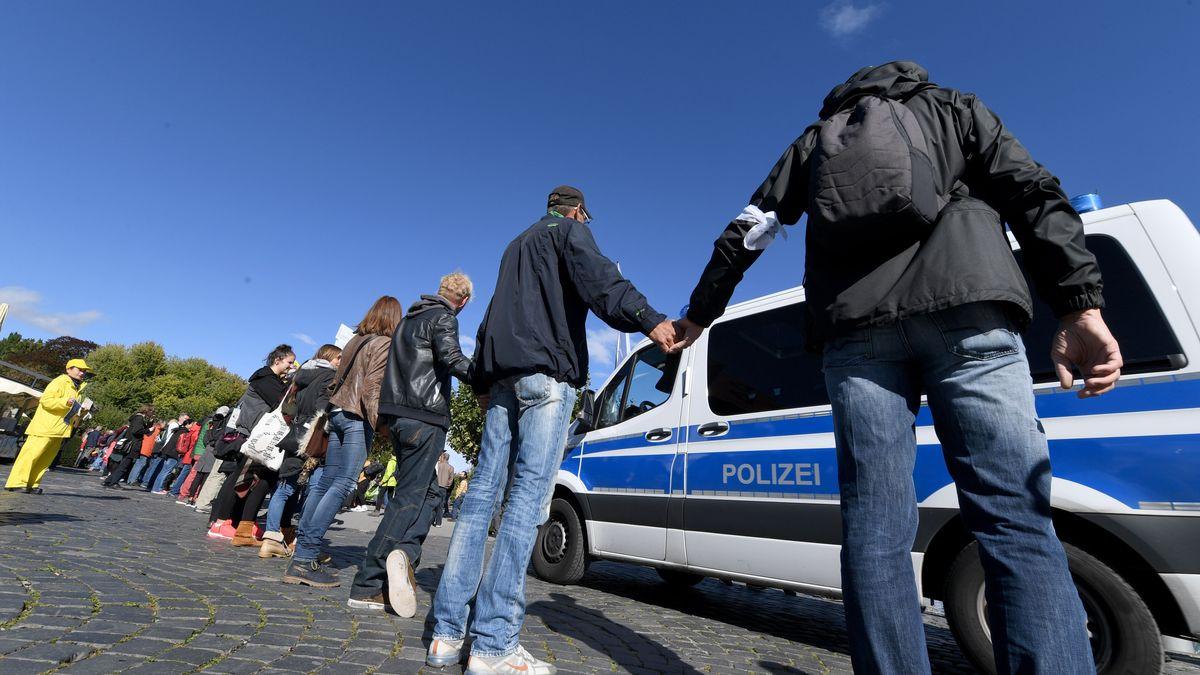 """Menschen bilden am Bodensee eine sogenannte """"Friedensmenschenkette""""."""