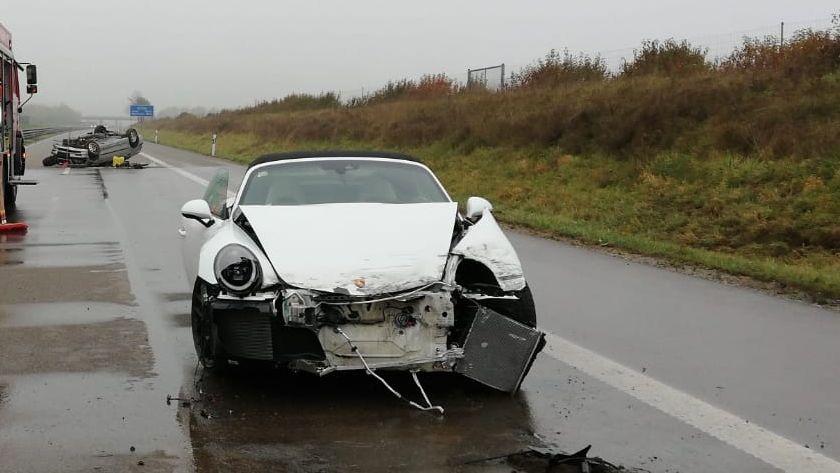 Zerstörtes Auto bei Unfall auf der A96