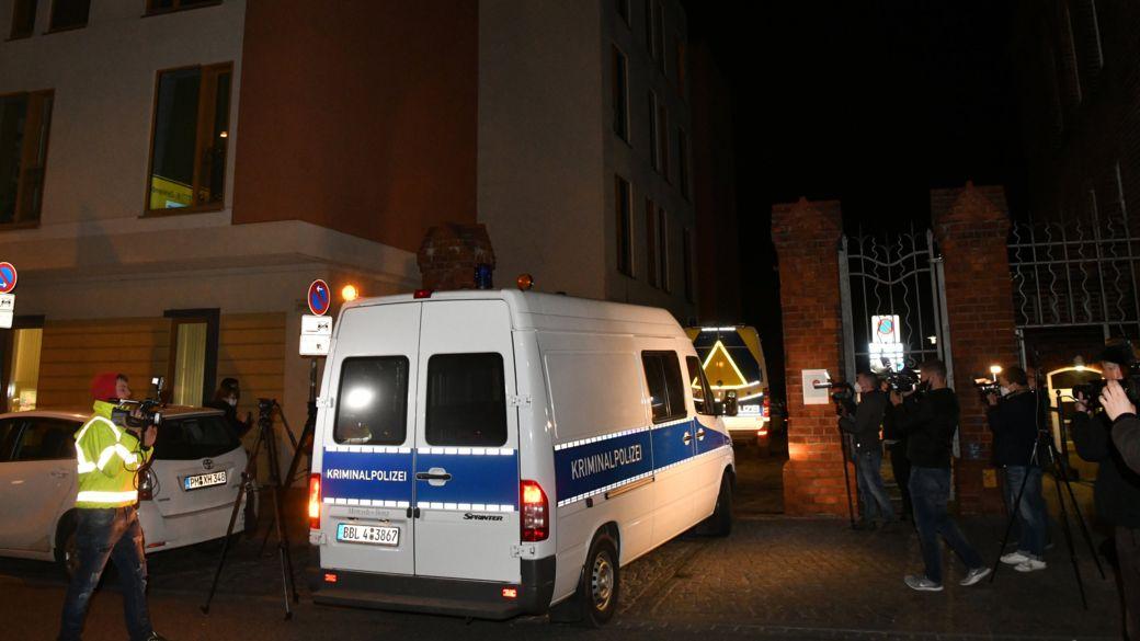 Potsdam: Das Einsatzfahrzeug der Kriminaltechnik der Polizei fährt an Journalisten vorbei auf ein Klinikgrundstück in Potsdam.