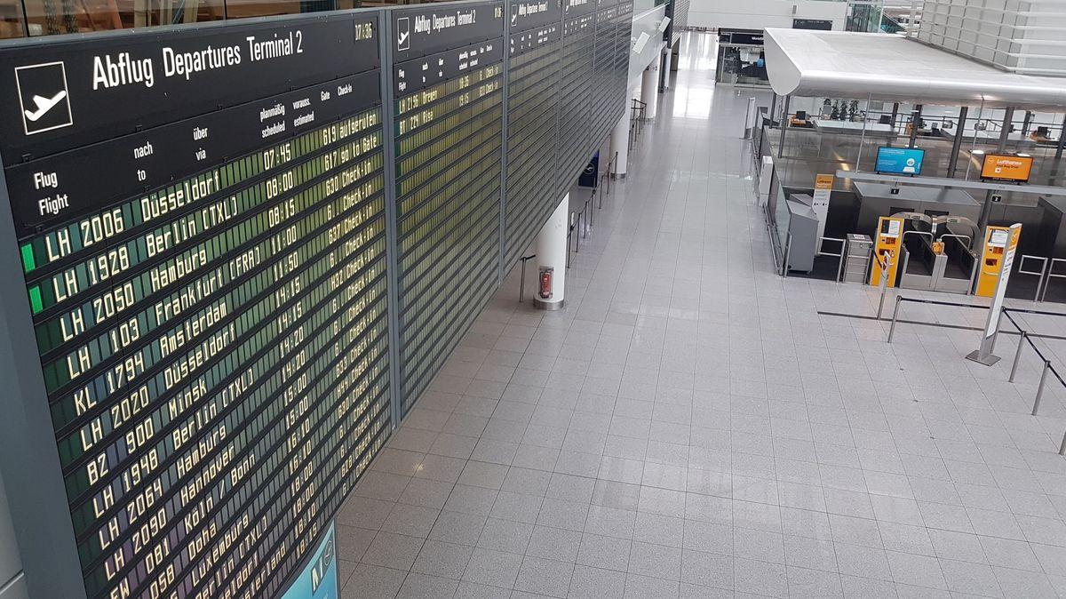 Die Anzeigetafel für Abflüge am Terminal 2 am Flughafen München