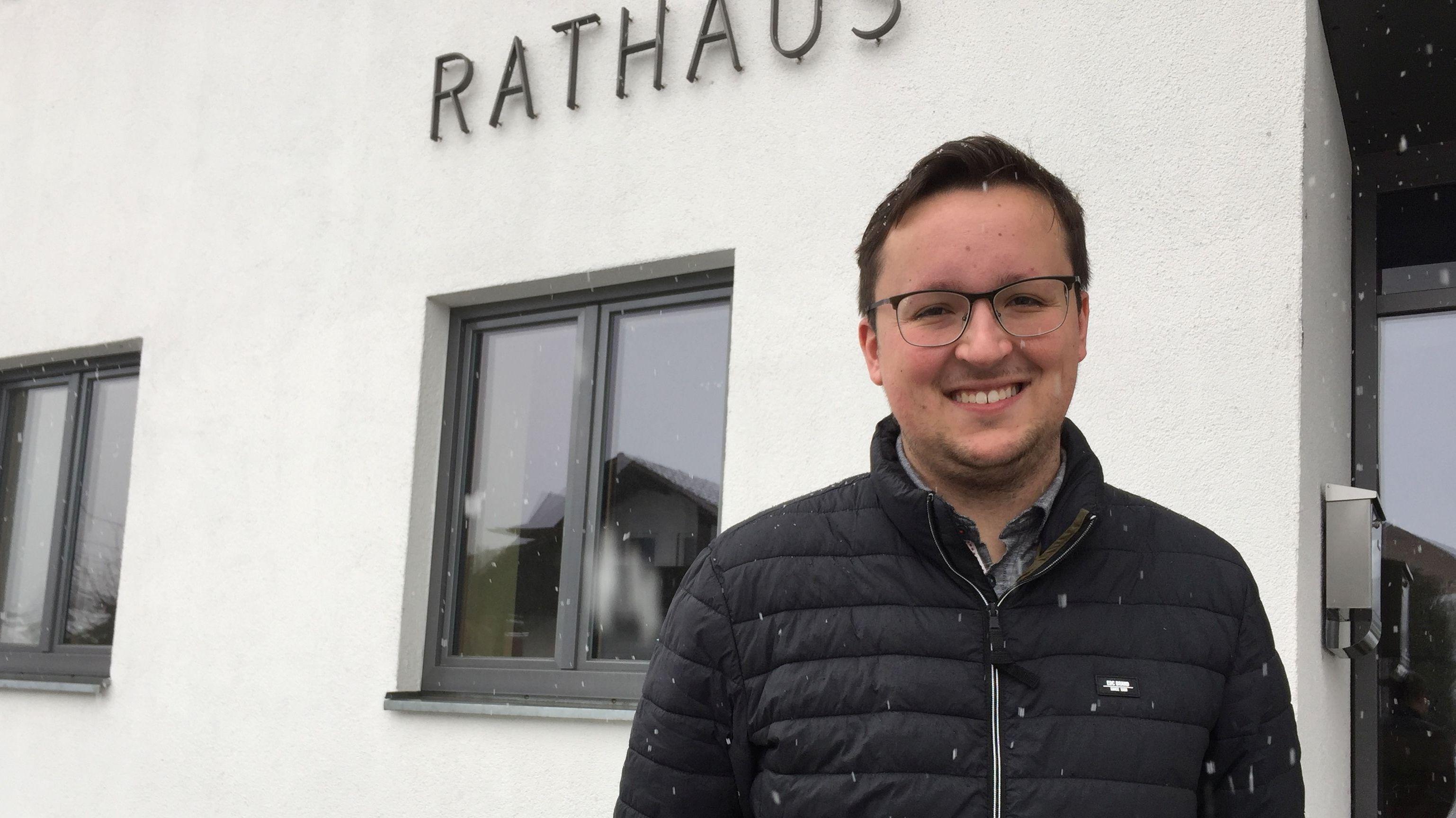 Bürgermeisterkandidat Michael Englram in seinem Heimatort Langdorf vor dem Rathaus