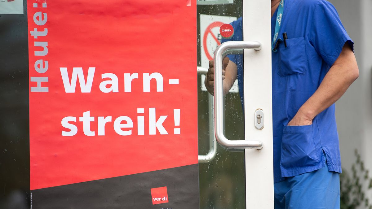 Plakat von Verdi am Eingang einer Klinik