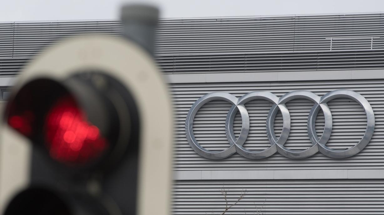 Ingolstadt Audi-Werk, rote Ampel im Vordergrund