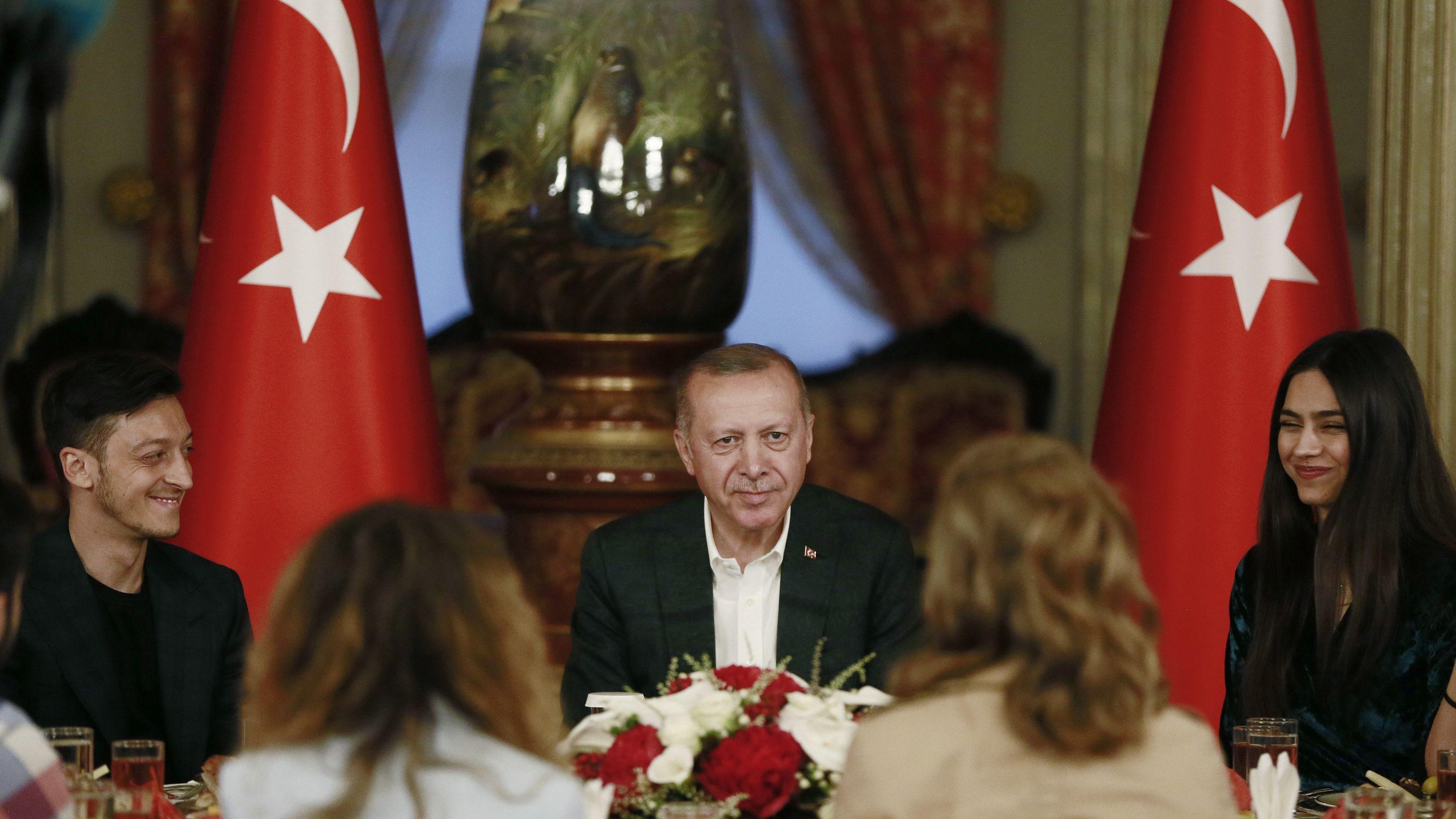 Recep Tayyip Erdogan (M), Präsident der Türkei, nimmt neben dem Arsenal-Profi und Ex-Nationalspieler Mesut Özil (l) und seiner Verlobten Amine Gulse (r), an einem Iftar teil, einem Mahl am Abend während des muslimischen Fastenmonats Ramadan.