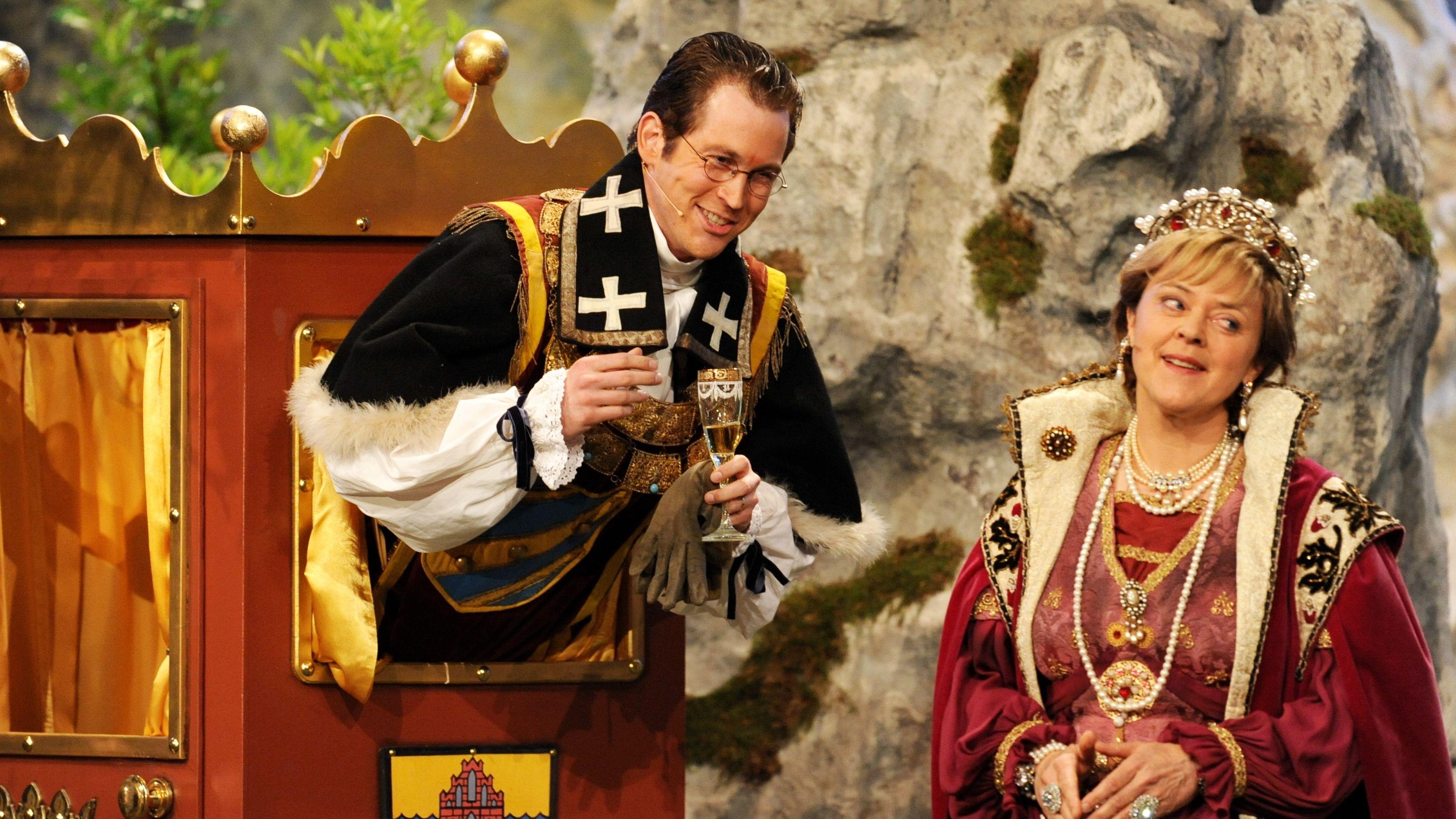 """Stefan Murr als Guttenberg und Corinna Duhr als Angela Merkel spielen beim traditionellen """"Politiker-Derblecken"""" auf dem Nockherberg 2009."""