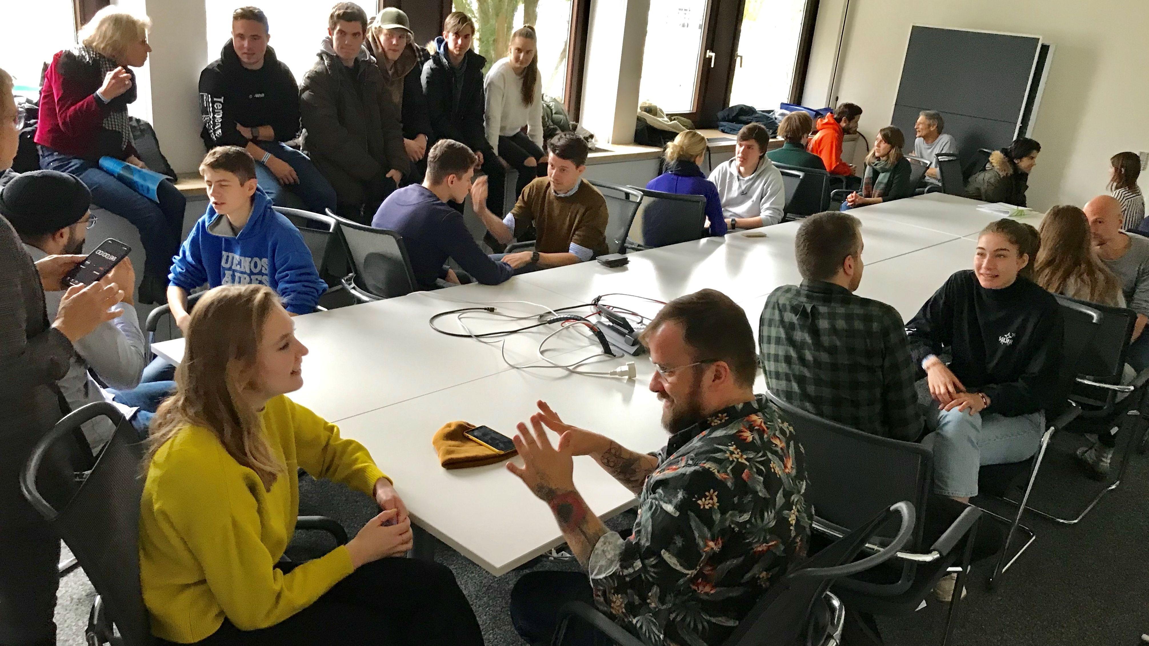 Schüler des Münchner Albert-Einstein-Gymnasiums im Gespräch mit BR24-Mitarbeitern