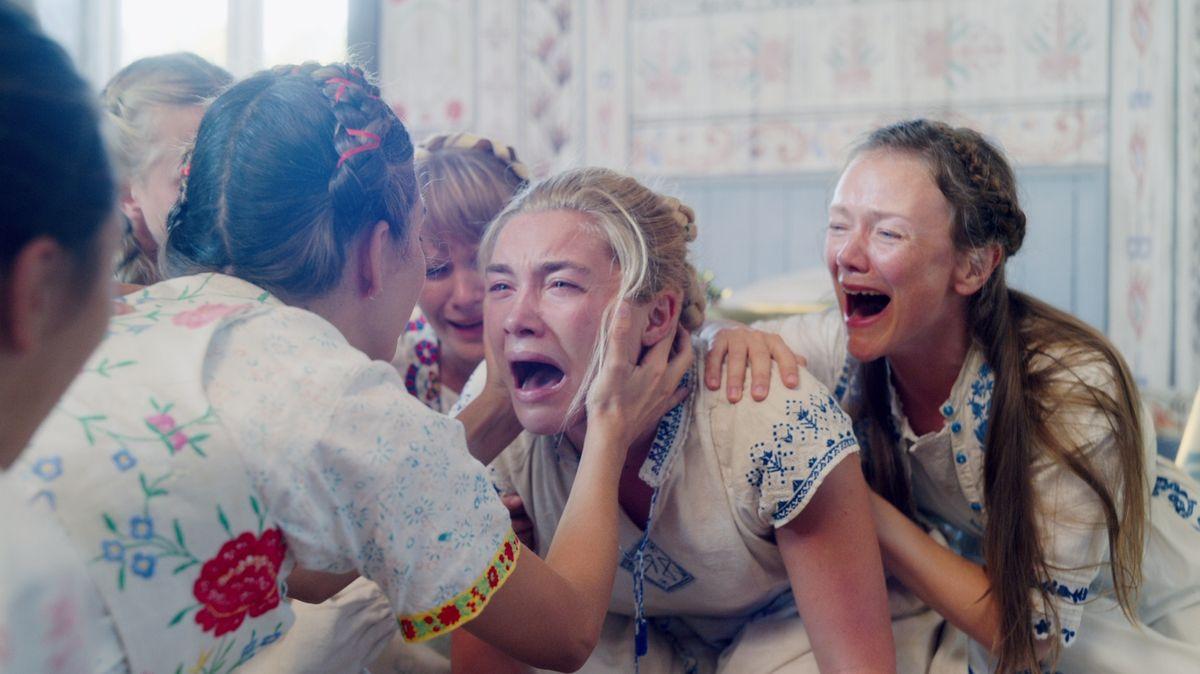 """Schreiende Mädchen in schwedischer Tracht in einer Gruppe (Filmszene aus """"Midsommar"""")"""