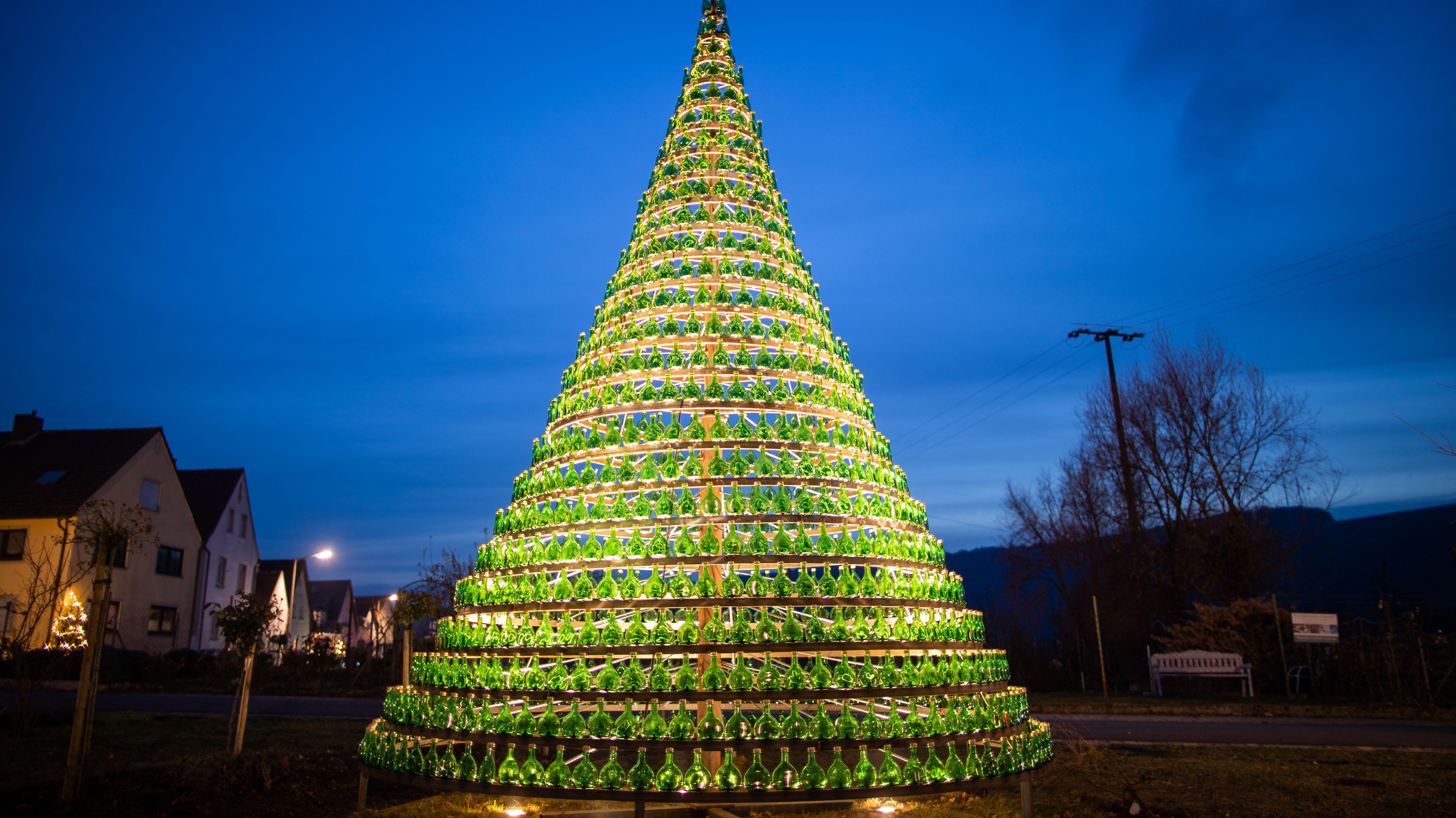 Weihnachtsbaum aus 1099 Bocksbeutelflaschen