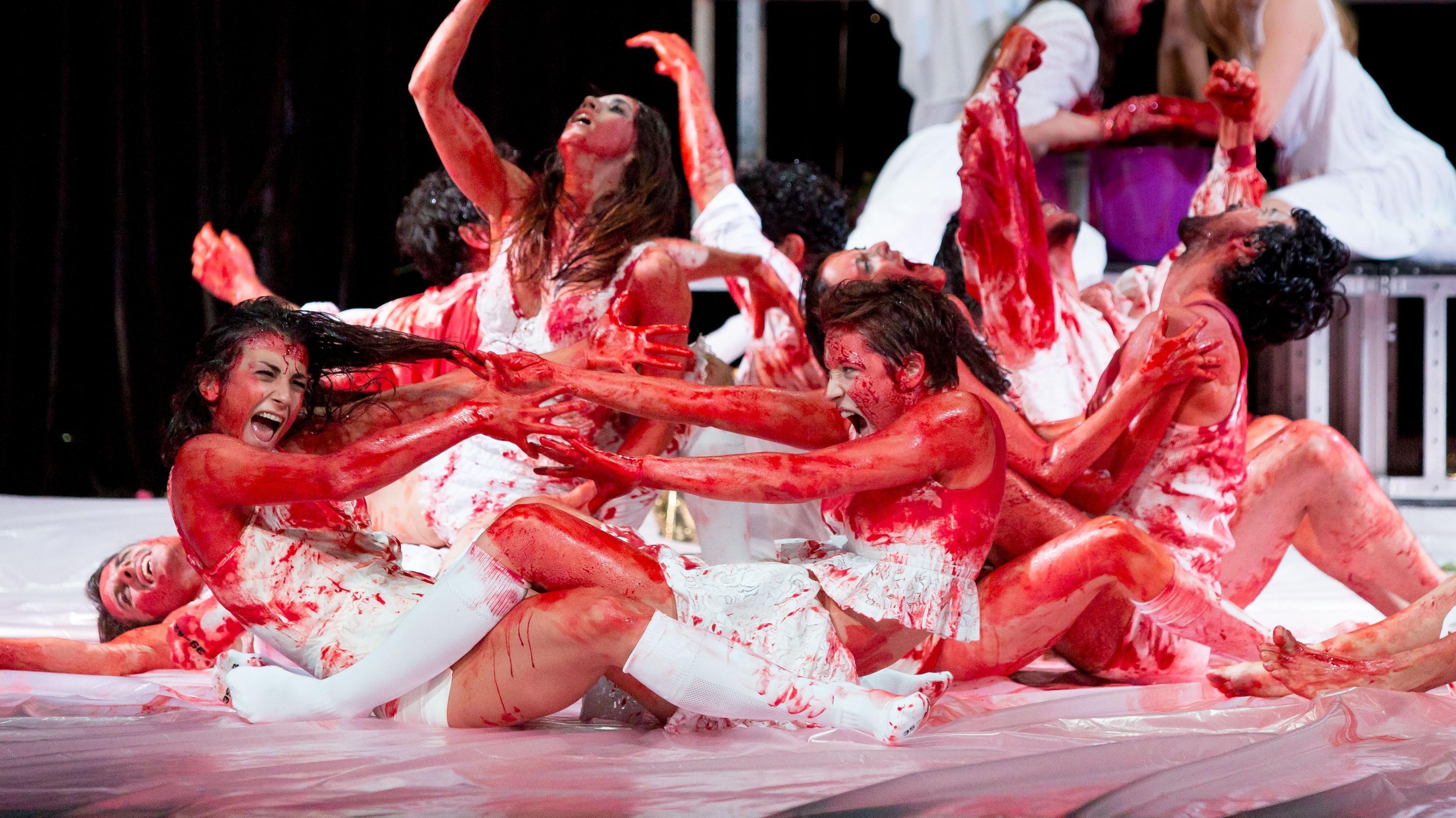 Tänzer baden im Blut