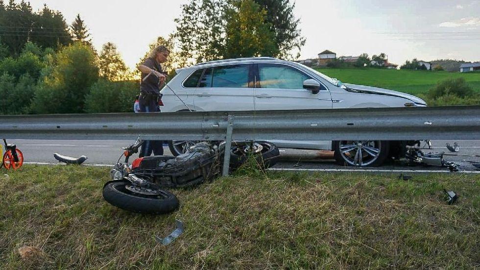 Ein Motorradfahrer prallte frontal in einen entgegenkommenden Pkw.