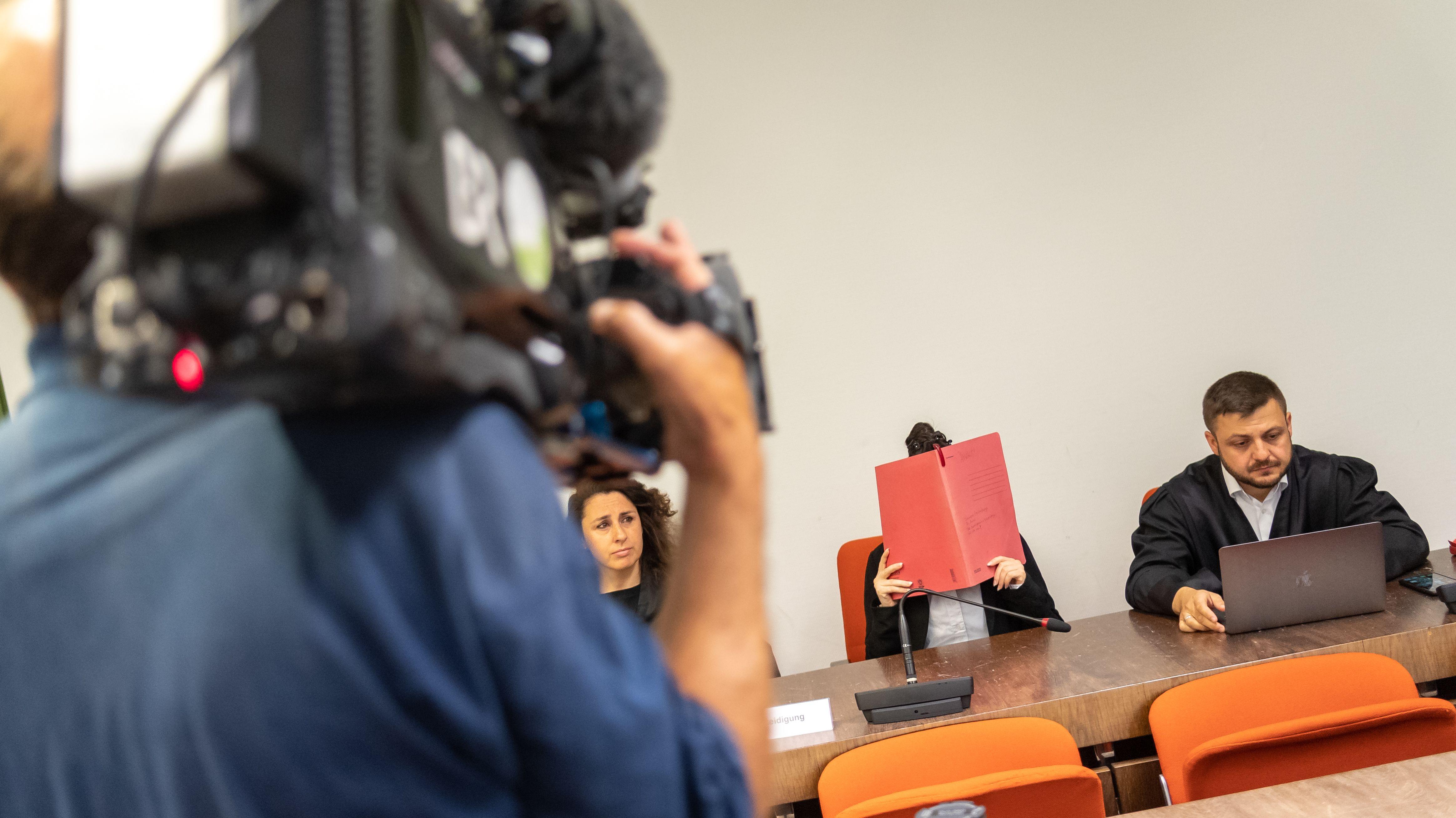 Jennifer W. soll während ihrer Zeit bei der Terrormiliz IS mitangesehen haben, wie ein fünfjähriges jesidisches Mädchen qualvoll verdurstete. Die mutmaßliche Mutter der Getöteten sagt nun vor Gericht aus.
