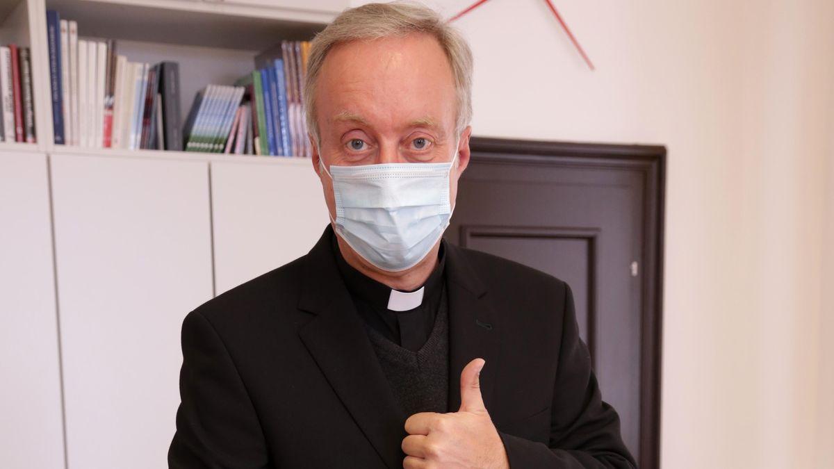 Generalvikar Michael Fuchs mit einer ersten Lieferung von medizinischen Schutzmasken.