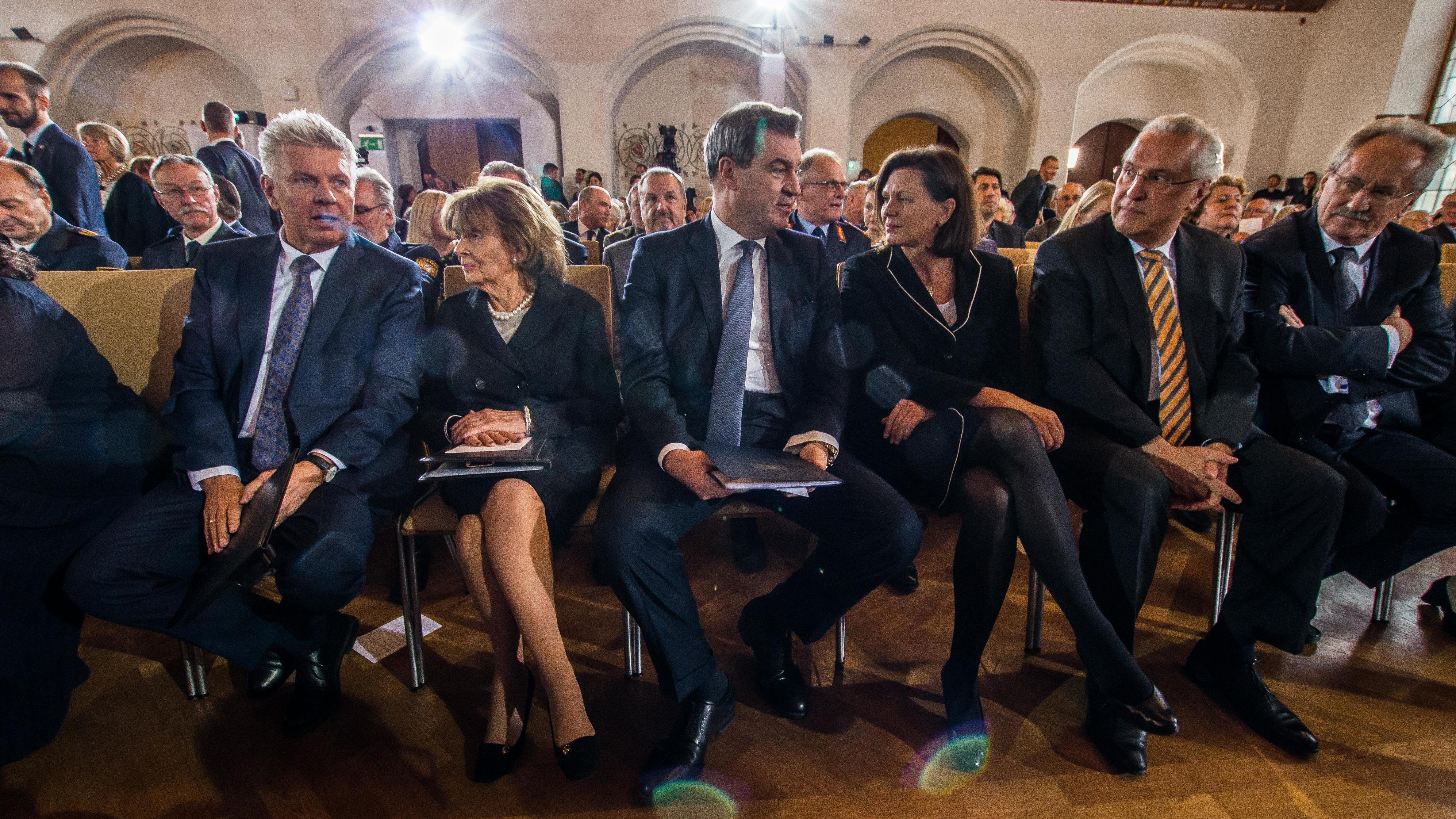 Dieter Reiter (v.l.), Charlotte Knobloch, Markus Söder, Ilse Aigner, Joachim Herrmann und Christian Ude bei der Gedenkveranstaltung in München.