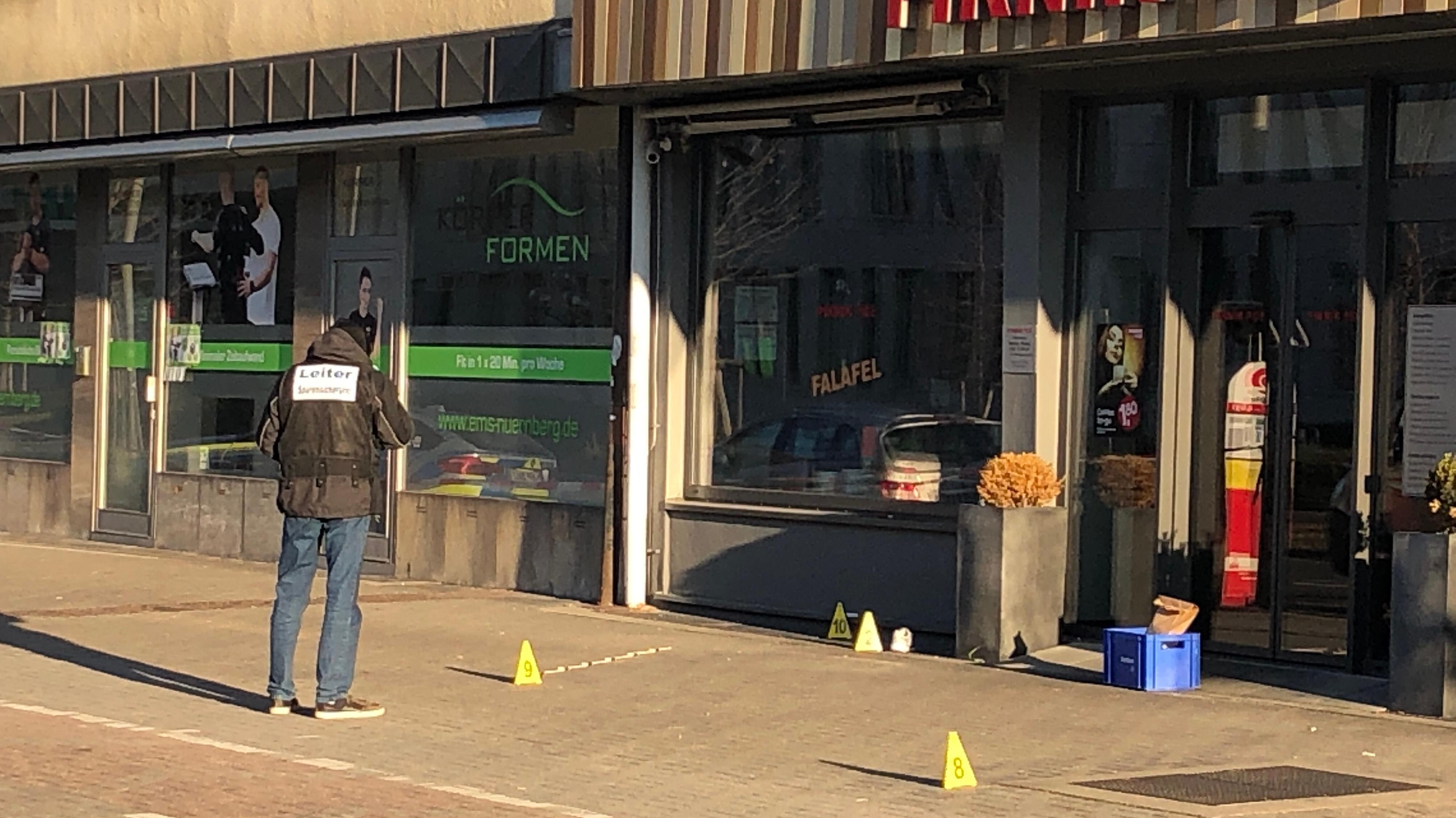 Polizei am abgesperrten Tatort in Nürnberg, Stadtteil Bärenschanze.