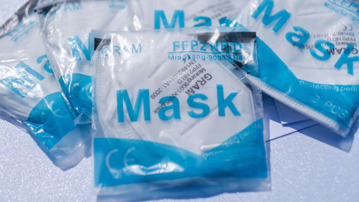 Atemschutzmasken liegen an einem Verkaufsstand