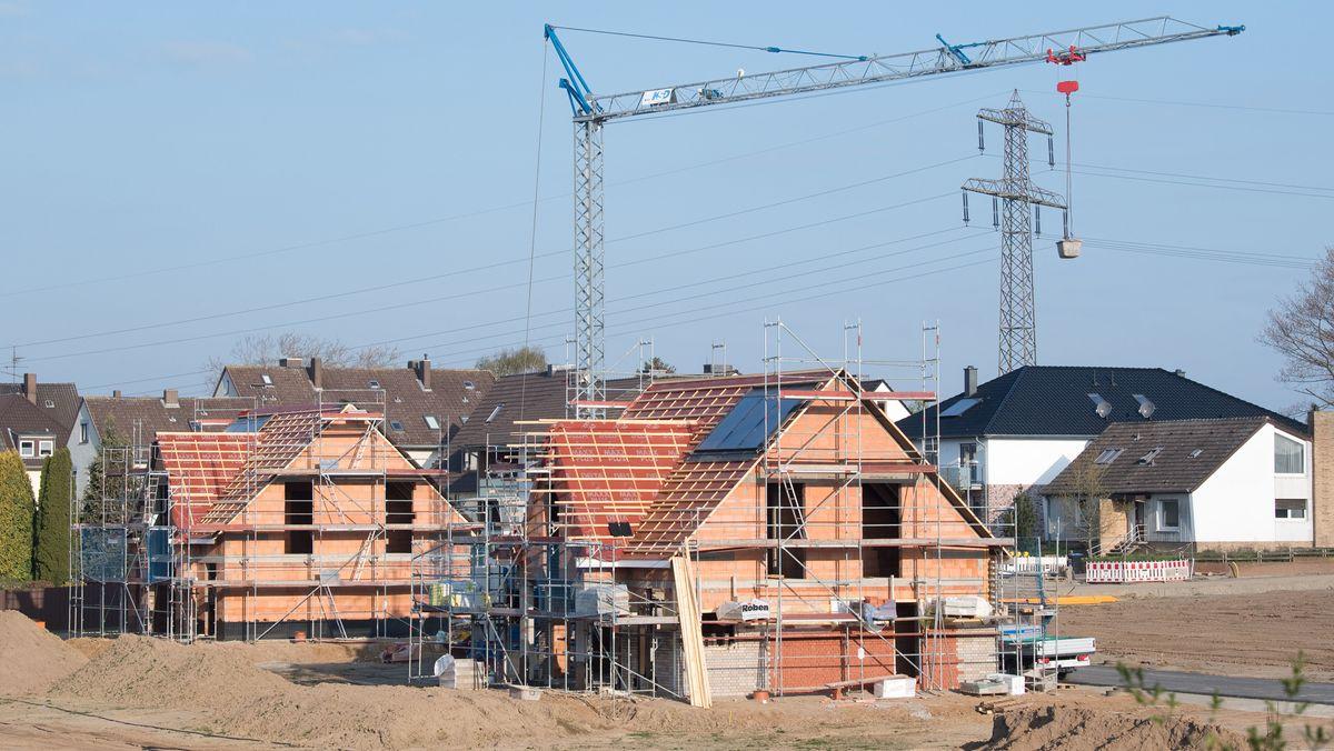 Rohbauten am Rand einer Wohnsiedlung.