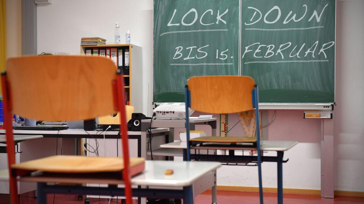 Blick in ein leeres Klassenzimmer.