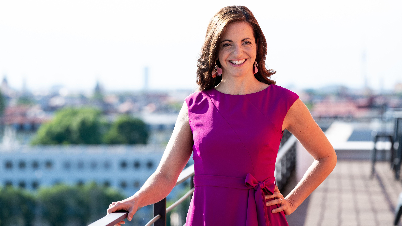 Kristina Frank bei Nominierungsveranstaltung der CSU in einem violetten Kleid auf einem Balkon