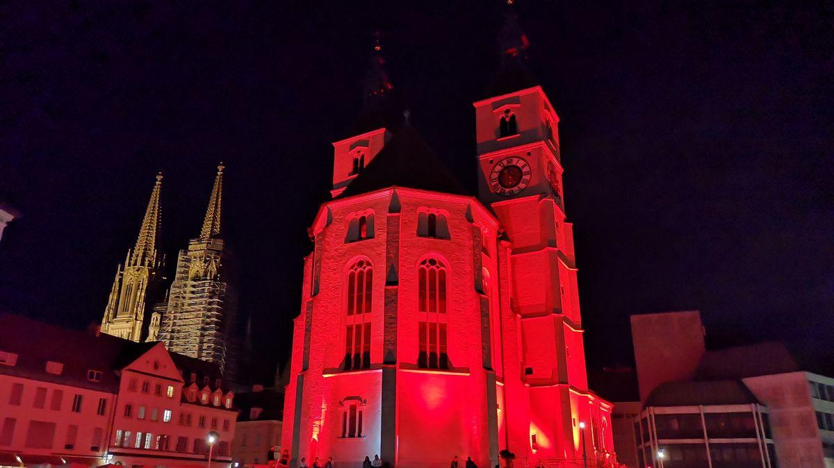 Auch die Neupfarrkirche in Regensburg leuchtete in der Nacht auf Dienstag rot.