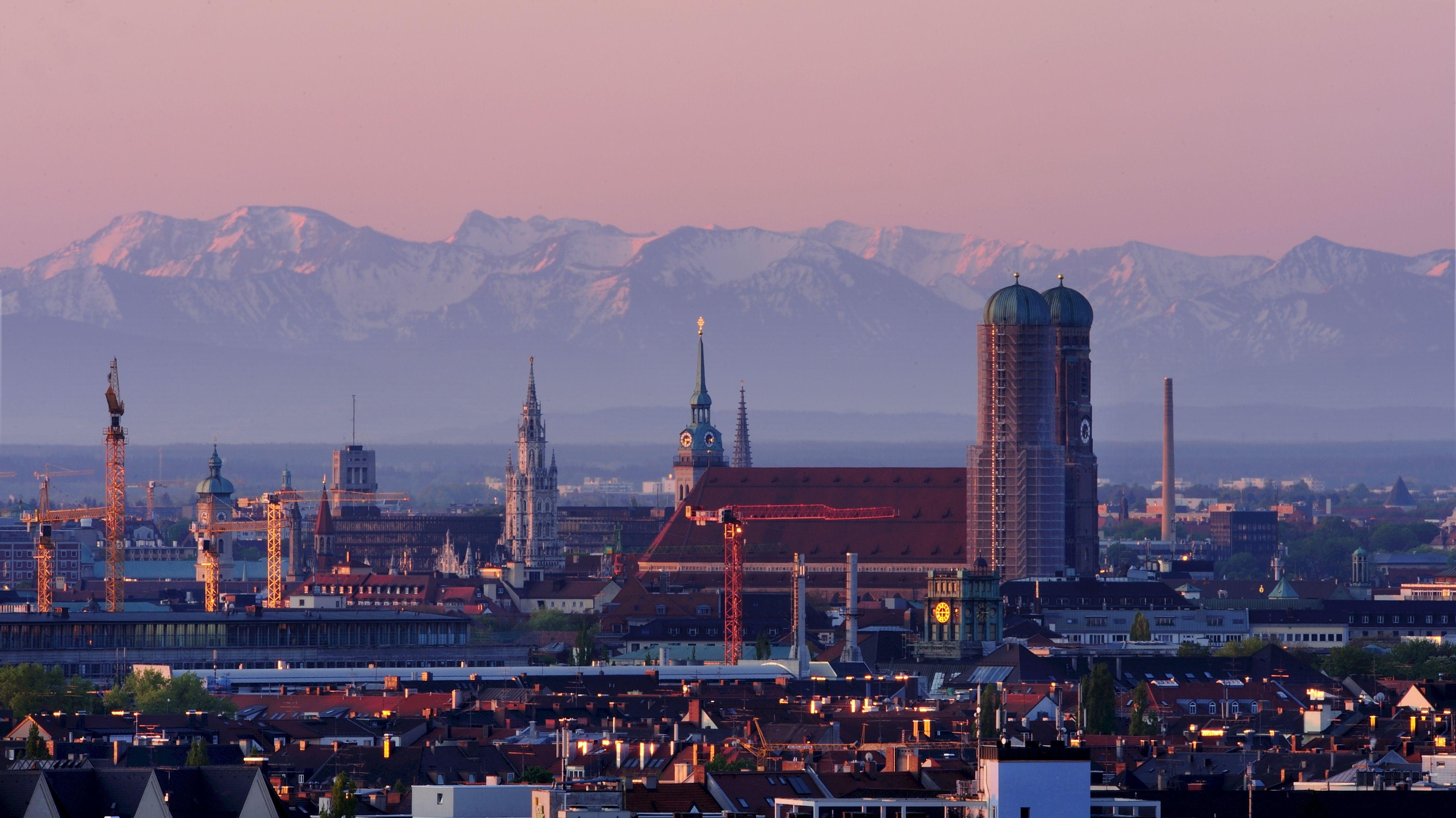 München und der Föhn. Die Berge scheinen zum Greifen nah.