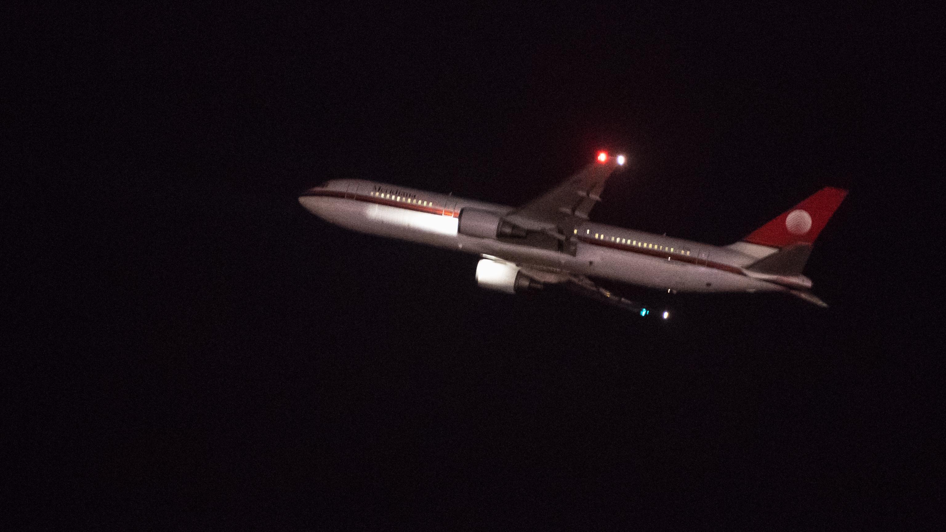 Flugzeug am Nachthimmel