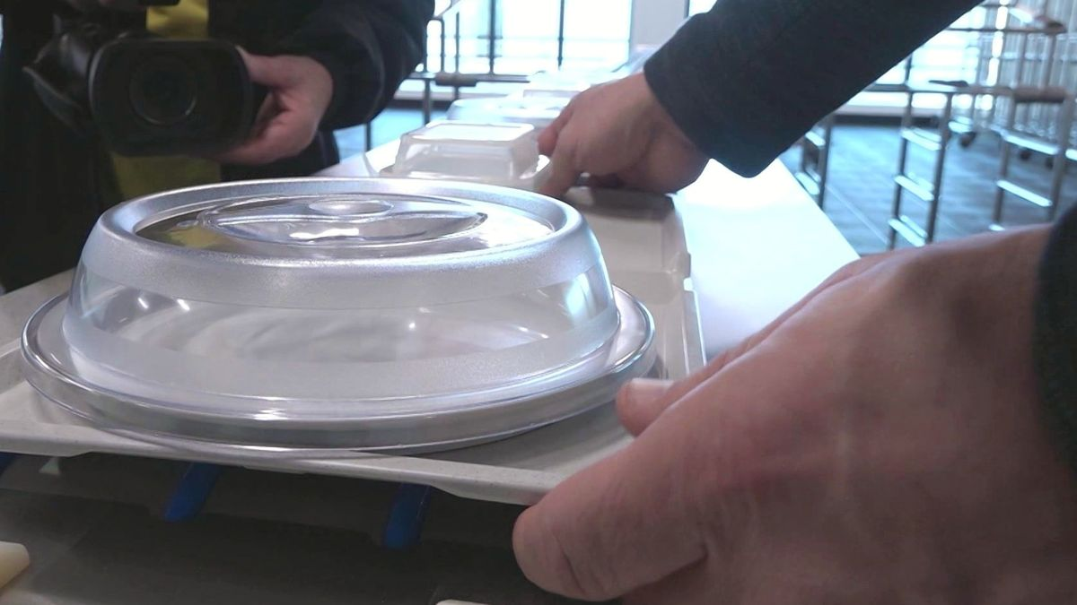 Essenshaube auf einem Tablett in der Großküche