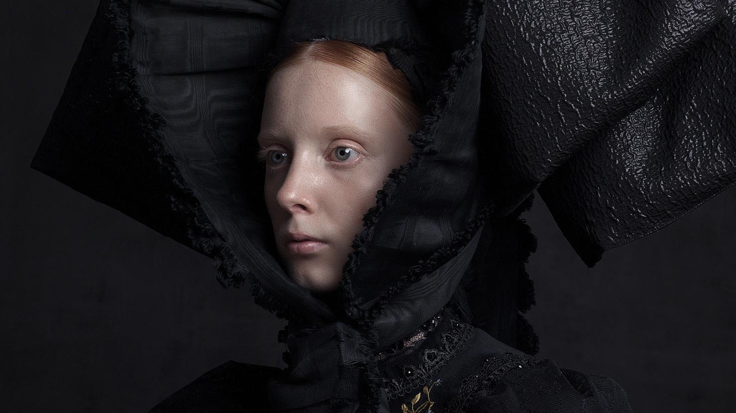 Pompöse Kopfbedeckung ganz in schwarz