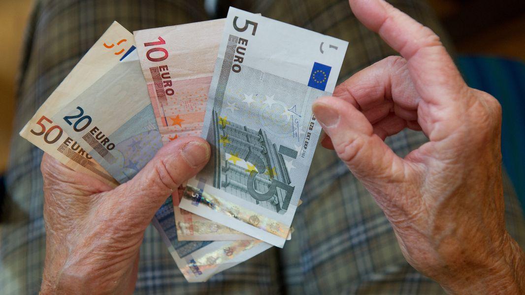 Rentner mit Geldscheinen