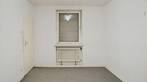 Der deutsche Pavillon 2001: Gregor Schneider integriert ein altes, totes Haus in den Nazibau.