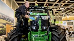 Fahrzeugaufbereiter, poliert bei der Internationalen Grünen Woche 2019 die Reifen eines Traktors. | Bild:picture alliance/Christoph Soeder/dpa