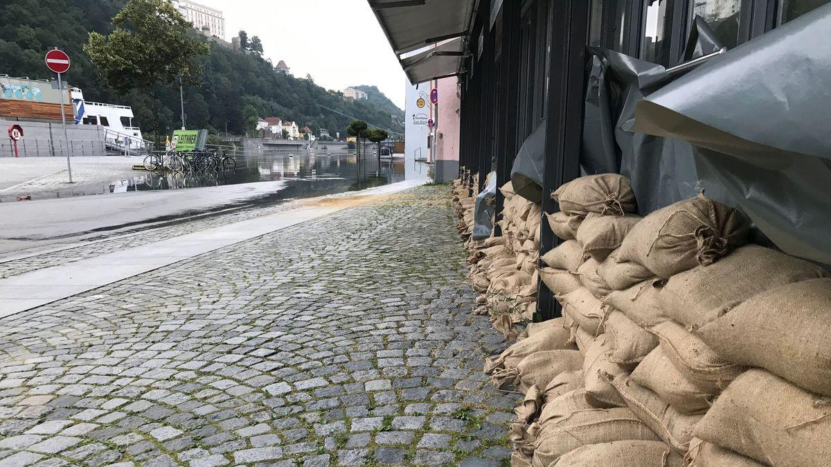 Sandsäcke liegen bereit, falls das Wasser in Passau weiter steigt