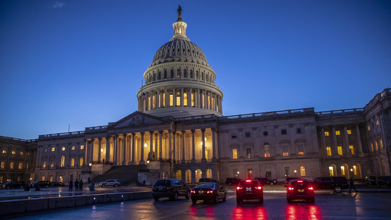 Auots stehen in den Abendstunden vor dem Capitol in Washington
