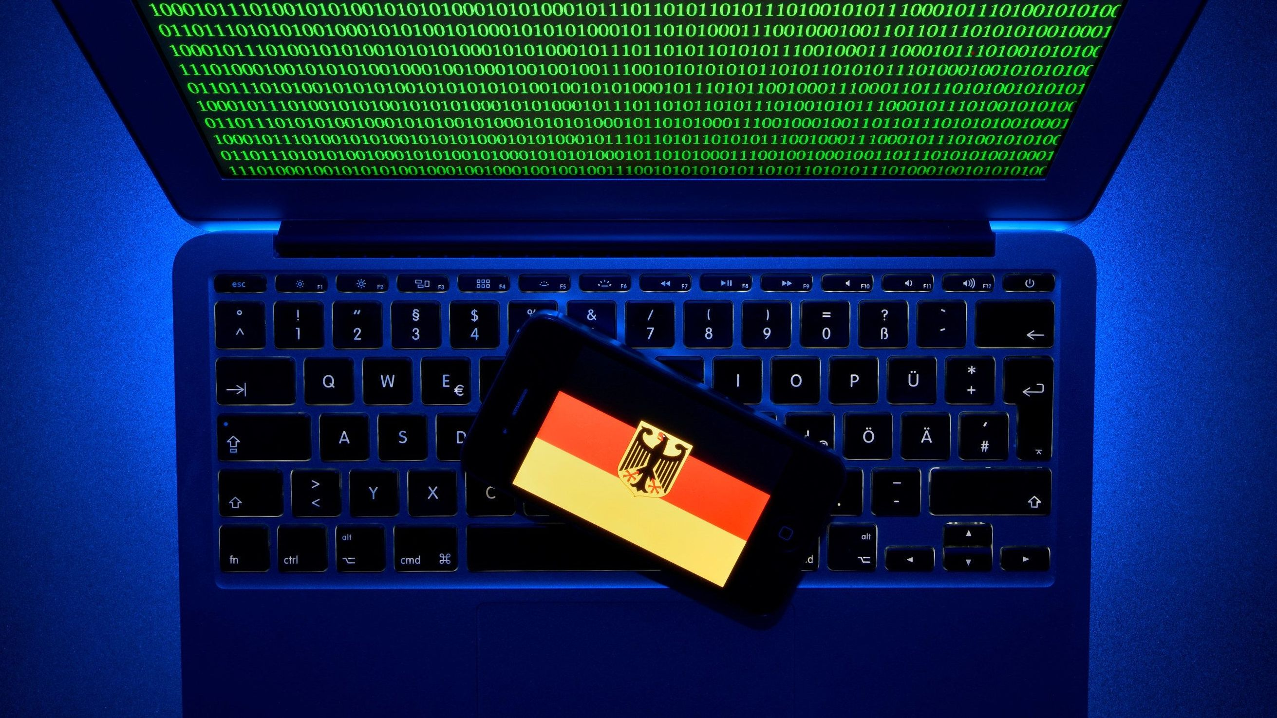 Notebook mit deutscher Flagge auf Computertastatur