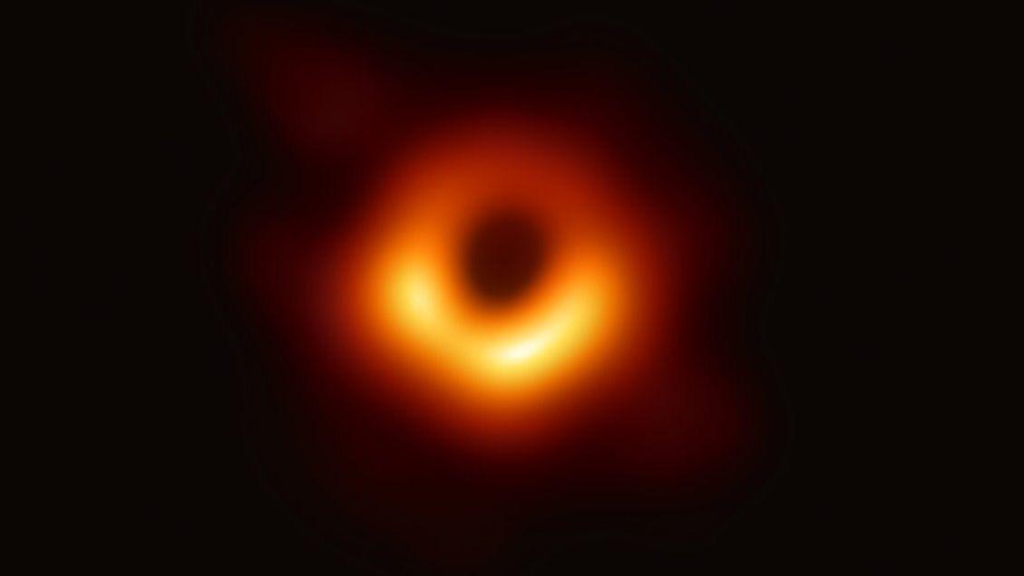 Der erste Bildnachweis eines Schwarzen Lochs. Es befindet sich im Zentrum der riesigen Galaxie Messier 87.