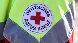Das Logo des Deutschen Roten Kreuzes ist auf einer Jacke eines Rettungssanitäters aufgestickt.   Bild:picture alliance/Flashpic/Jens Krick